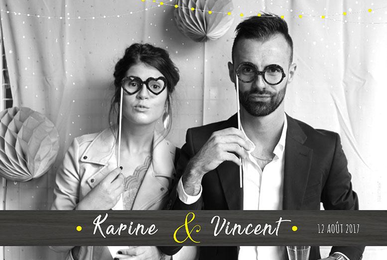 Couple devant un photobooth à un mariage