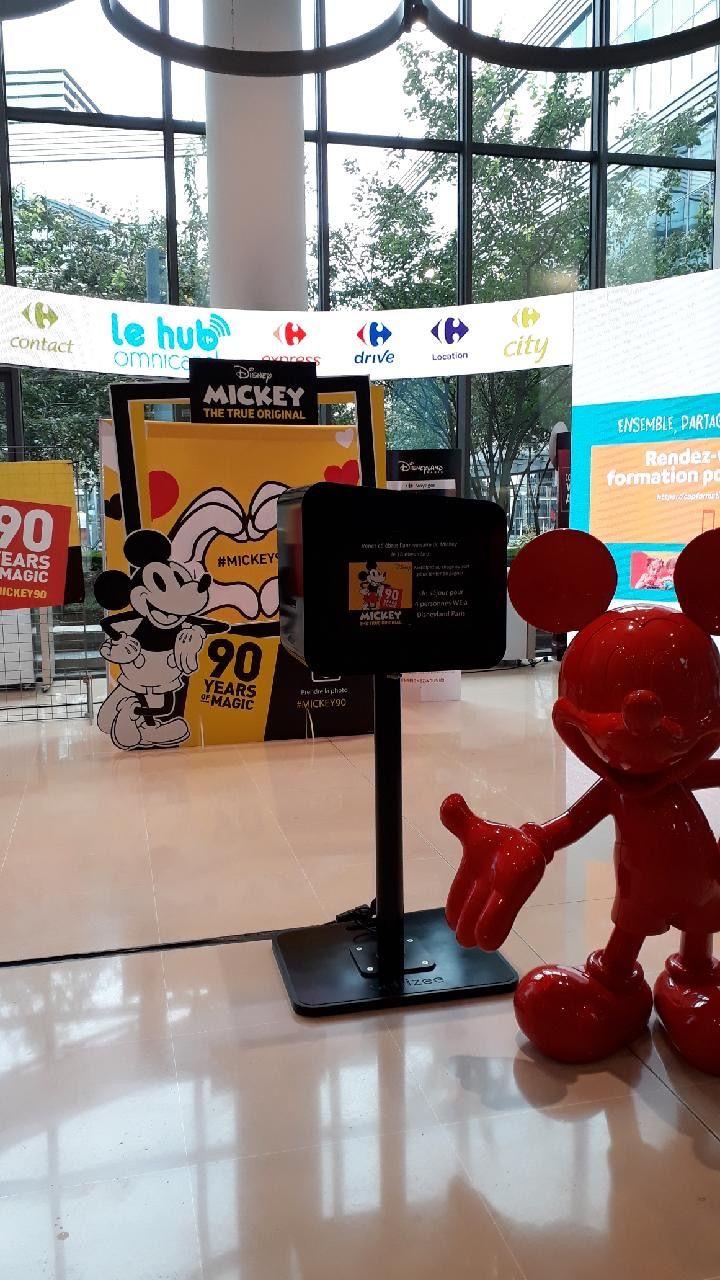 Borne photo animation anniversaire Mickey au siège social de Carrefour à Massy en Essonne - borne selfie connectée avec impressions photos