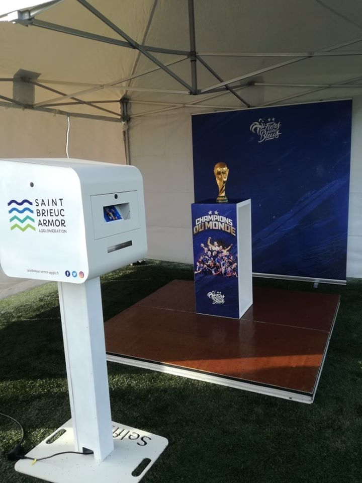 Selfie avec coupe du monde de football 2018 à Plédran près de Saint-Brieuc animation borne photo
