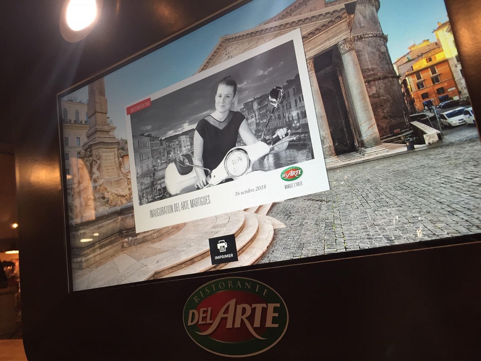 Animation photobooth fond vert Del Arte Martigues avec impressions photos des clients à l'inauguration du restaurant en 2018