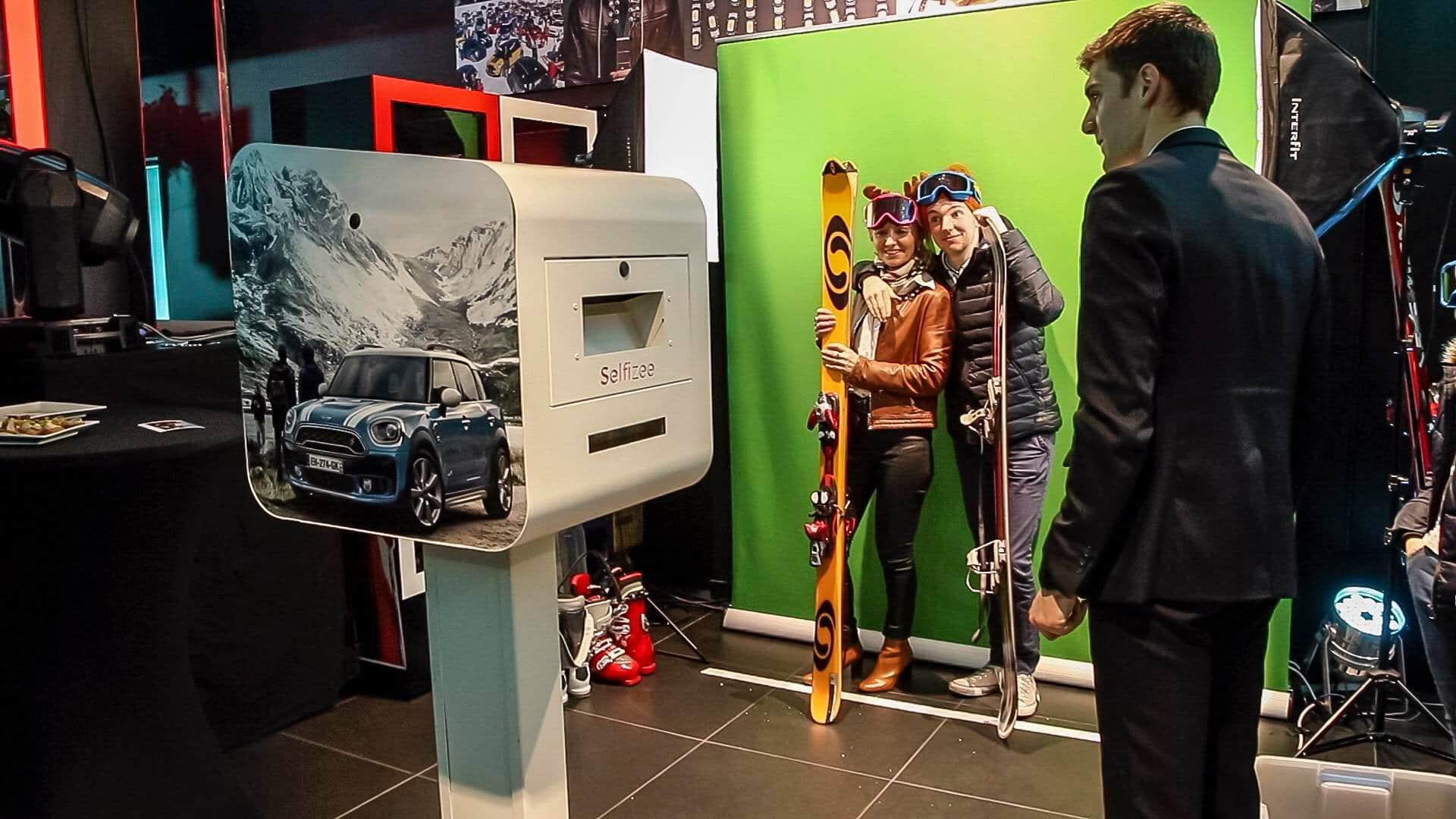 Borne photo et animation fond vert avec accessoires en concession automobile pour le lancement nouveau produit de Mini à Lorient