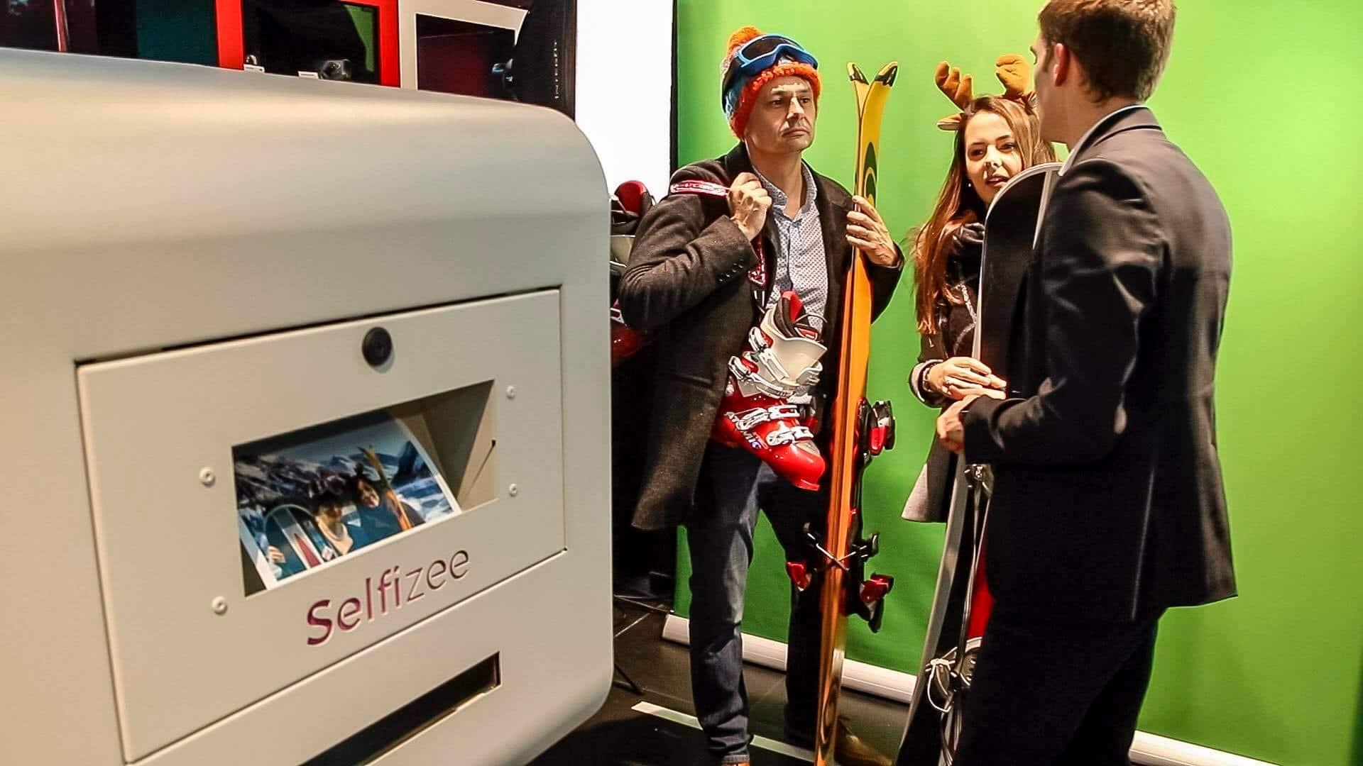Impression photo immédiate pour une animation box selfie fond vert personnalisée lors de soirée de lancement d'un produit ou un autre événement professionnel à Lorient ou Morbihan