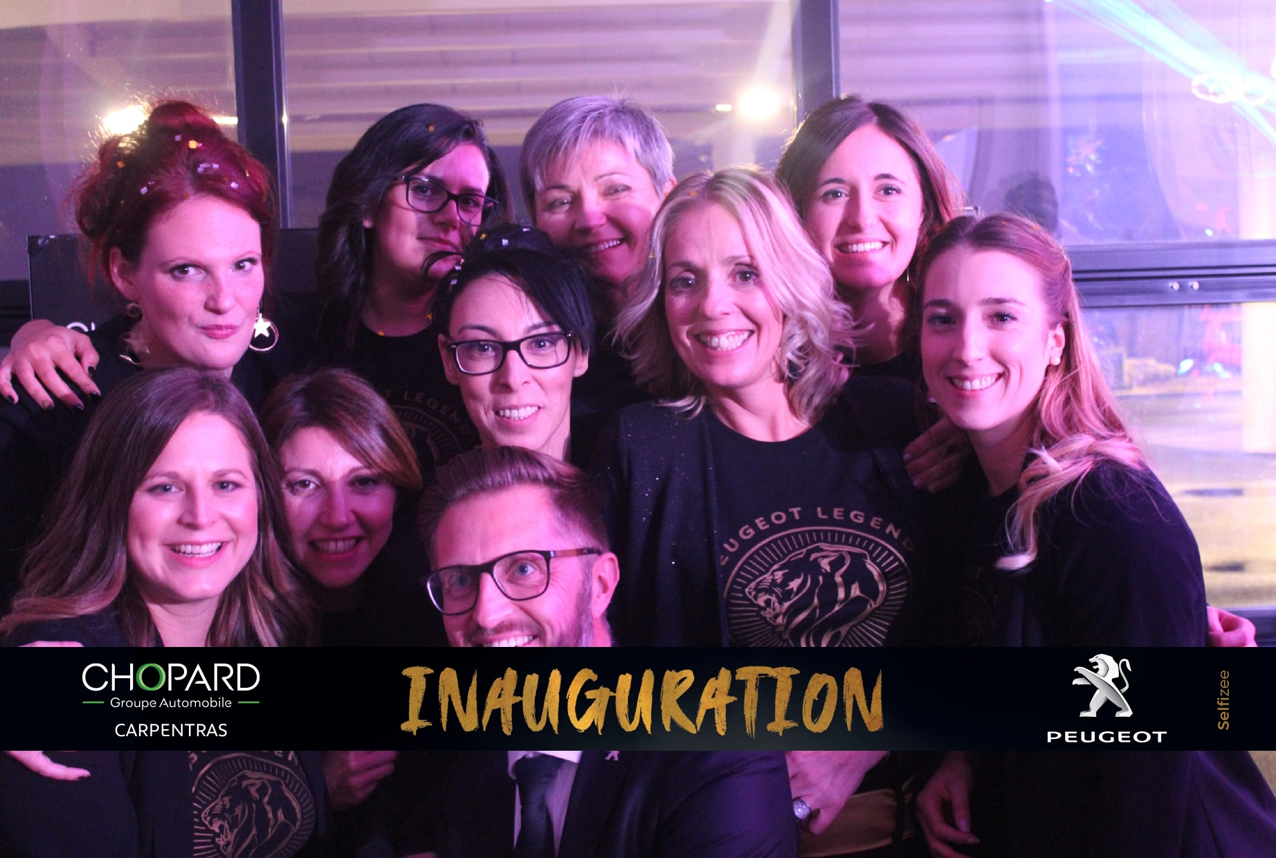 Animation borne photo à la soirée d'inauguration du groupe Chopard Automobile au magasin Peugeot Réseau Carpentras près d'Avignon en 2019 pour selfies visiteurs et collaborateurs