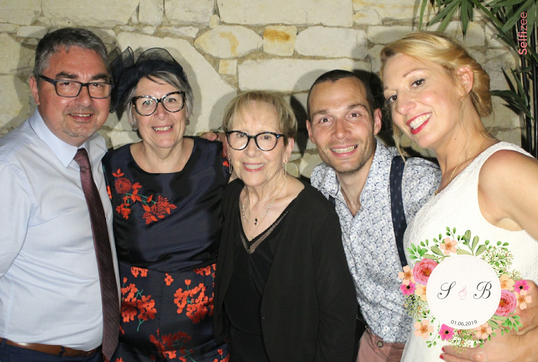 Selfie mariage Limoges avec borne photo à louer pour animation fête mariage et impressions photos souvenirs personnalisées à Limoges et en Haute Vienne