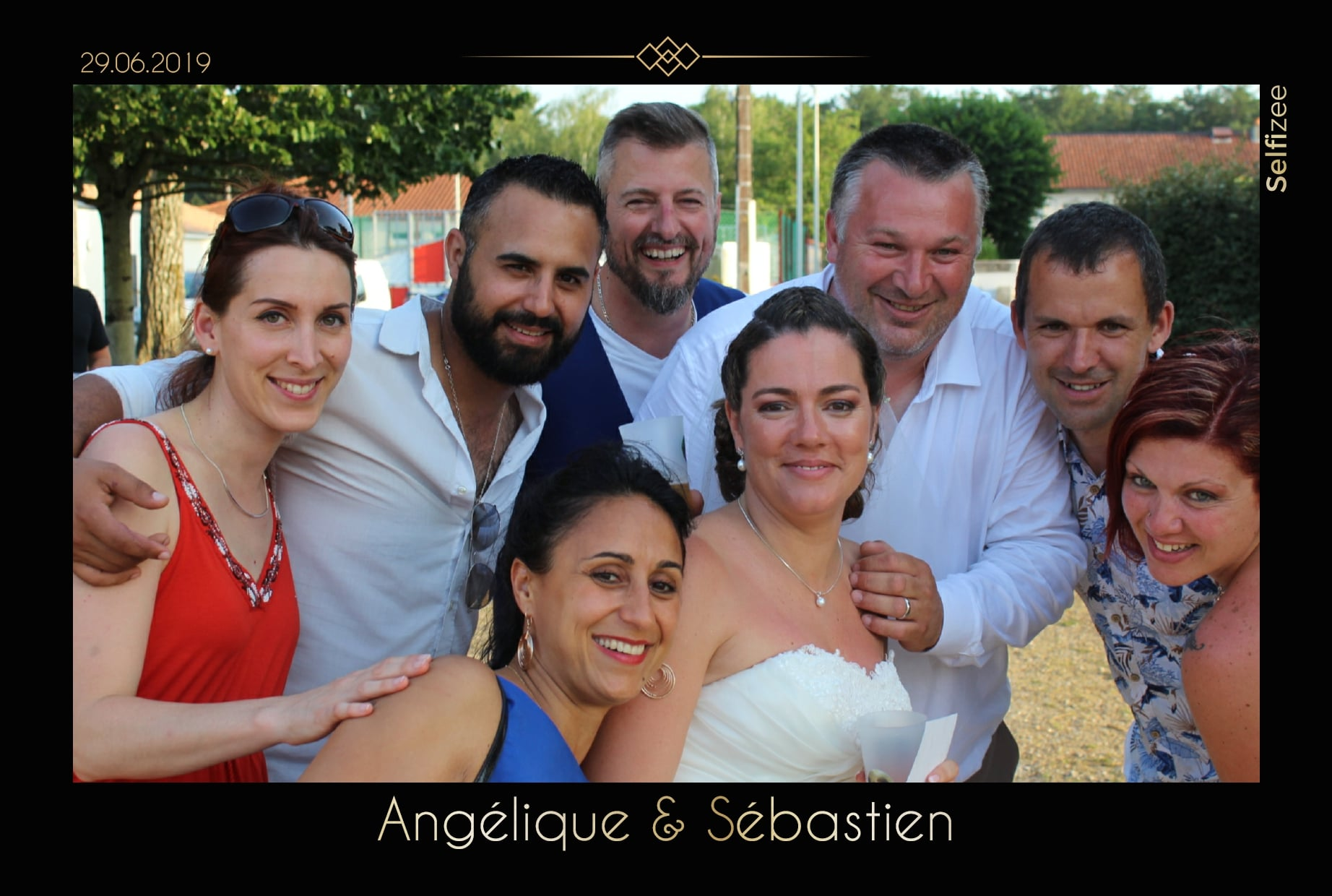 Animation selfie borne photo mariage à Poitiers avec impressions photos - location photobooth connecté pour mariage ou fête à Poitiers et dans la Vienne