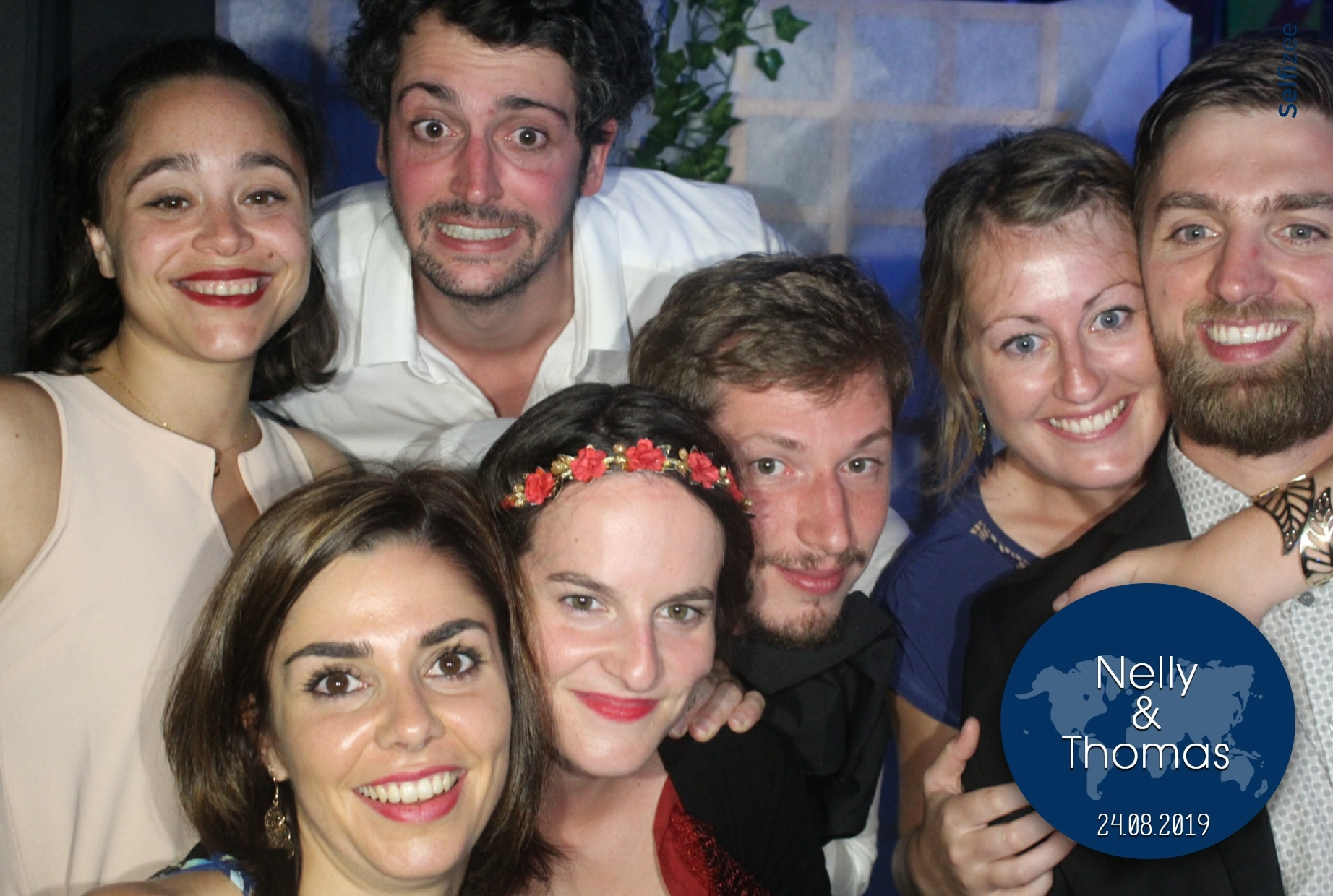 Selfie mariage Pau avec borne photo connectée à louer en Pyrénées Atlantiques pour animation photobooth mariage ou fête et impressions photos personnalisées