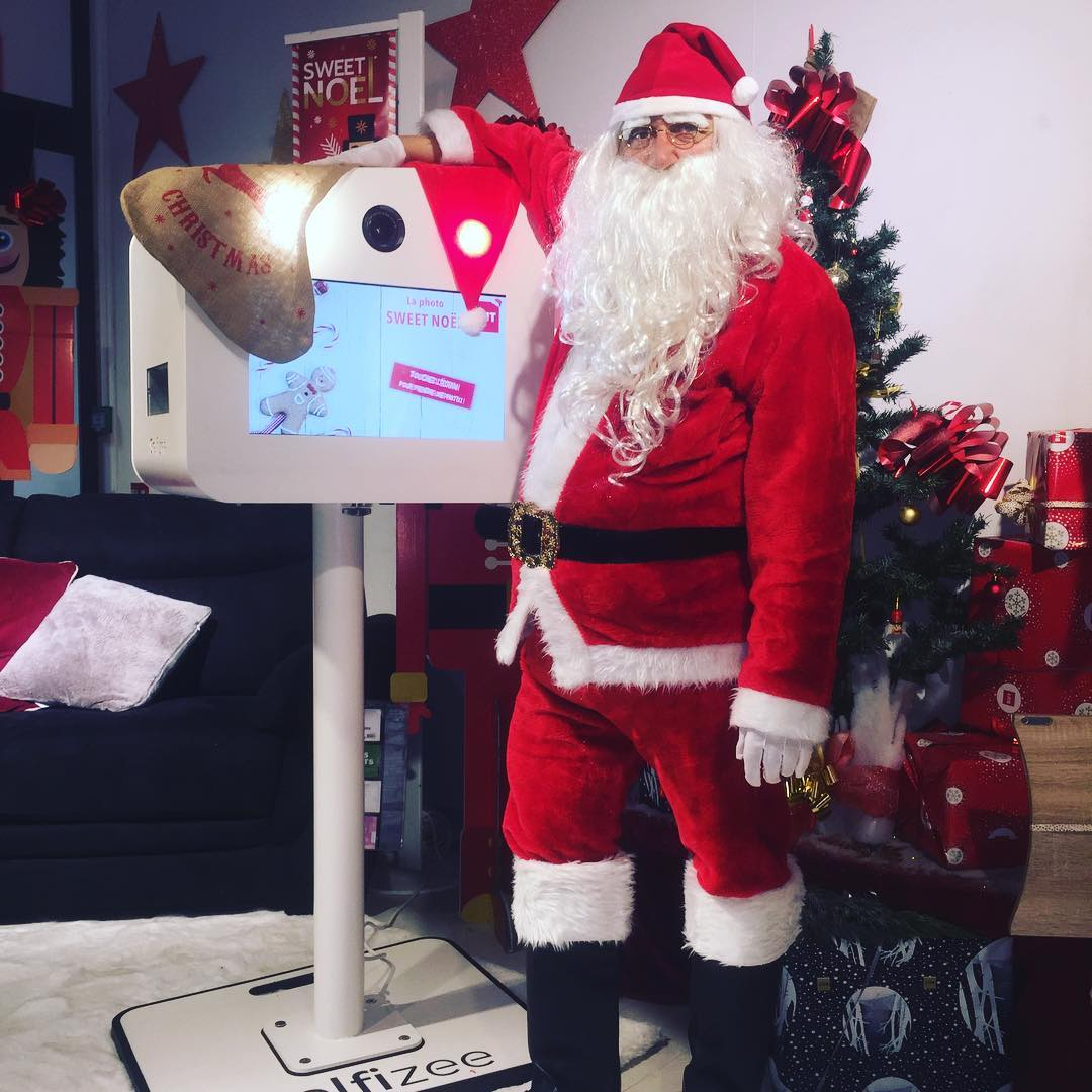 Borne selfie connectée animation photo Noël au But Juvignac à côté de Montpellier en 2018 - box photo avec impressions selfies des clients et visiteurs du magasin