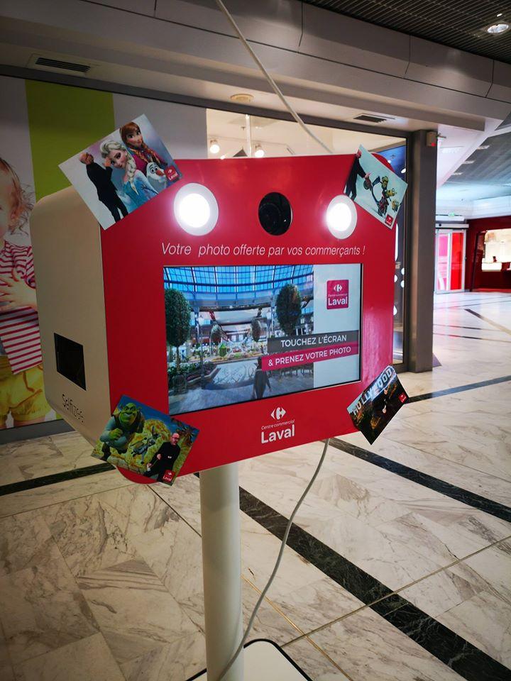 Photobooth connecté avec impressions photos immédiates au centre commercial Carrefour Laval en Mayenne