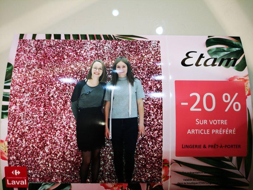 Selfie et coupon de réduction magasin Etam avec borne photo Selfizee et animation fond vert au centre commercial Carrefour Laval