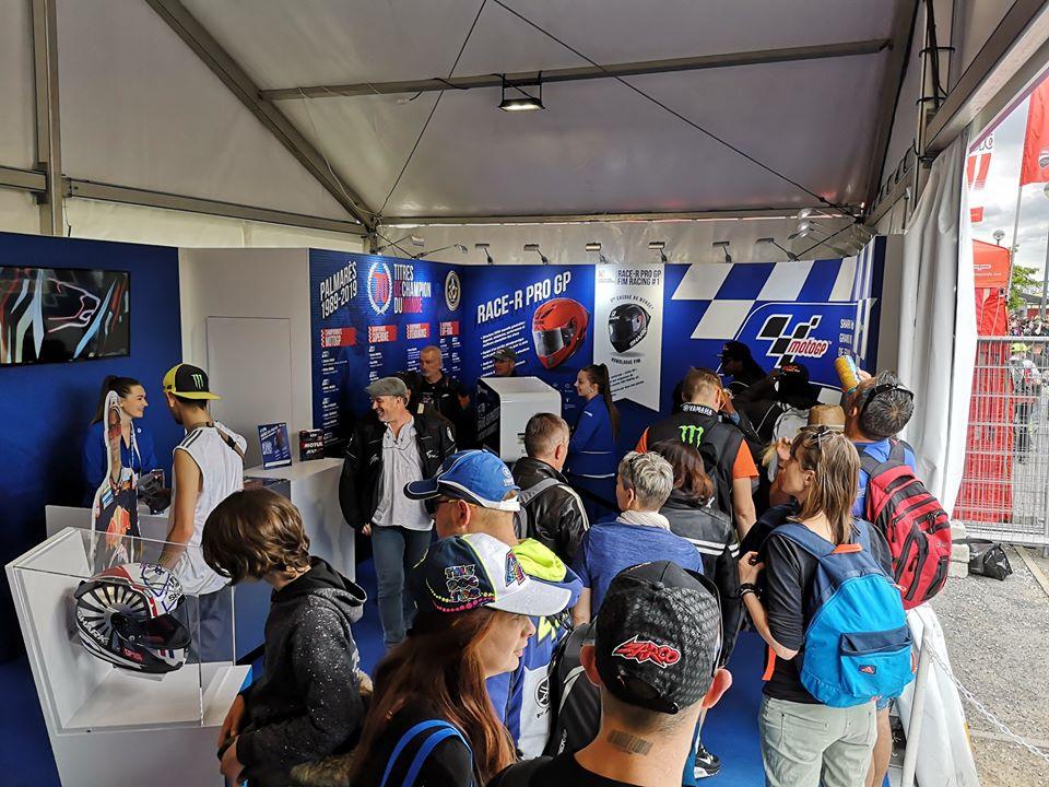 Animation borne selfie et jeu concours loterie au stand Shark au 24 heures Motos avril 2019 au Mans en Sarthe