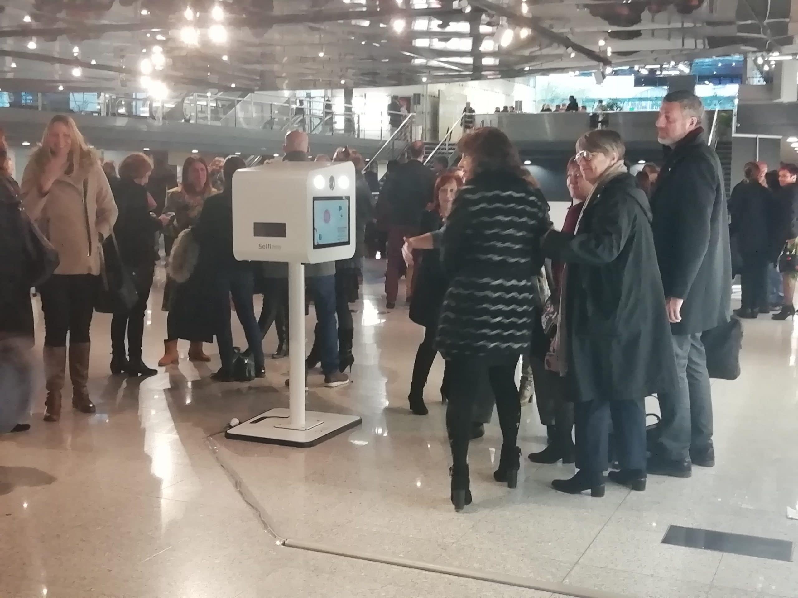 Borne photo à la convention régionale Pôle Emploi Centre Val de Loire à Tours en 2019 avec impressions selfies des participants
