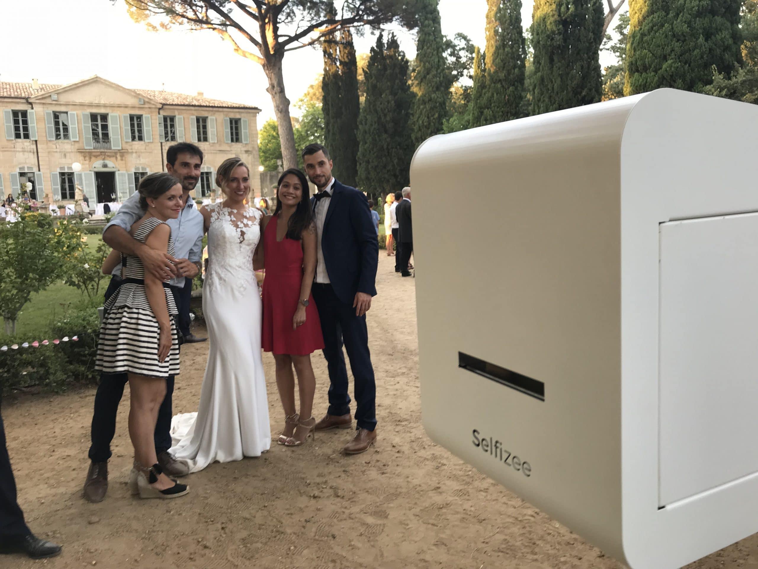 Borne photo Classik mariage Montpellier / Hérault avec selfies personnalisés des mariés et invités pour album photo mariage