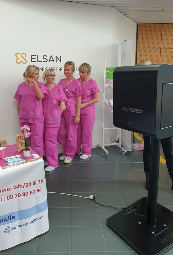 Photo personnalisée animation octobre rose pour l'association Au-delà du cancer à la clinique de Flandre proche de Dunkerque avec borne selfie connectée Classik